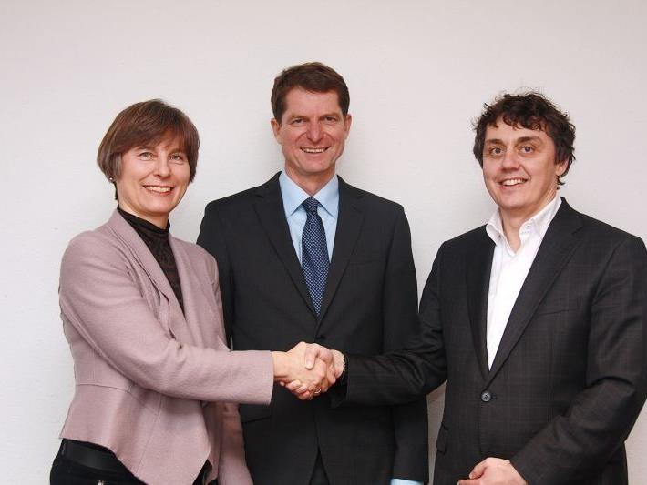aks-Präsident Dr. Thomas Bischof (Mitte) mit Dr. Christine Klien und dem neuen ameco-Geschäftsführer Dr. Beat Klaus Rünzler.