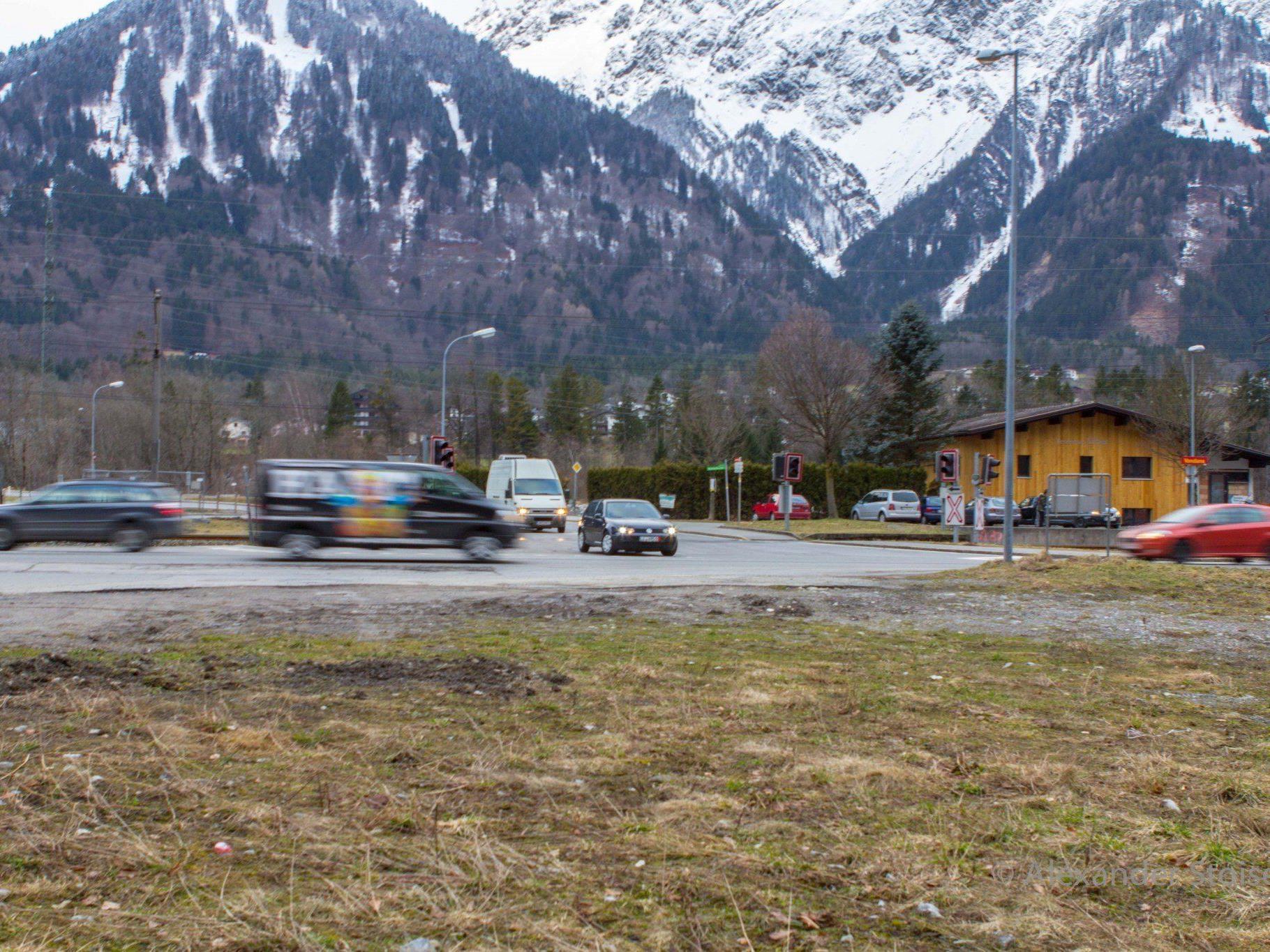Die Kreuzung L188 (Silvrettastraße), L83 (Bahnhofstraße) und Montafonerbahn wird entschärft.