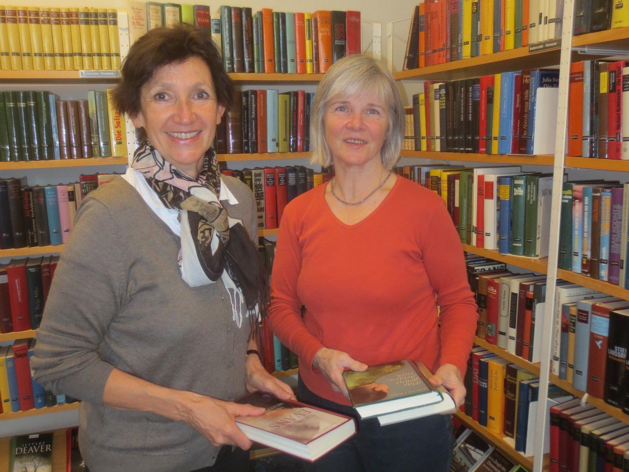 Silvia Schallert und Berti Fessler als engagiertes Bücherei-Team in Beratung und Verwaltung.