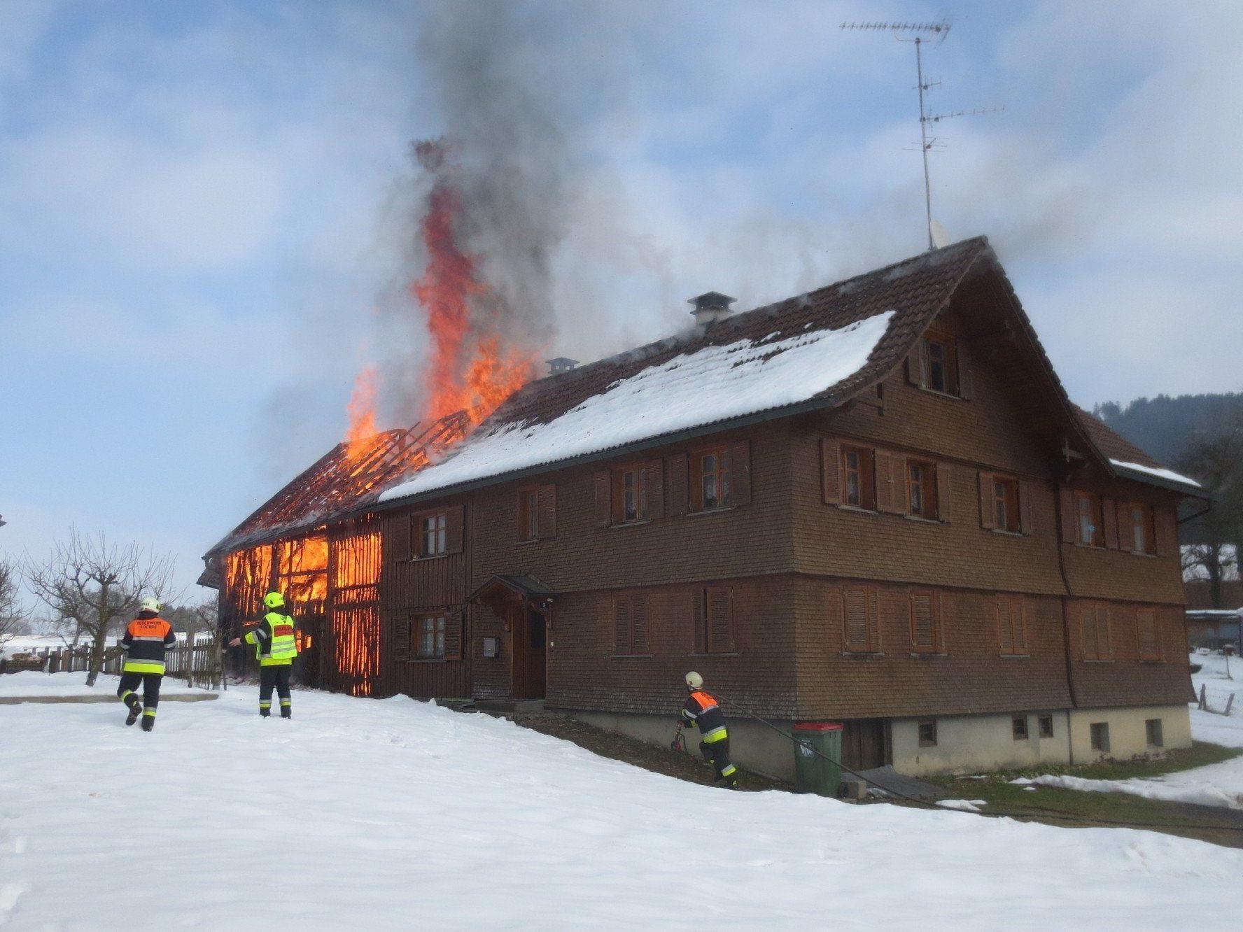 Der aus Holz bestehende jahrzehntealte Stadel stand schnell im Vollbrand.