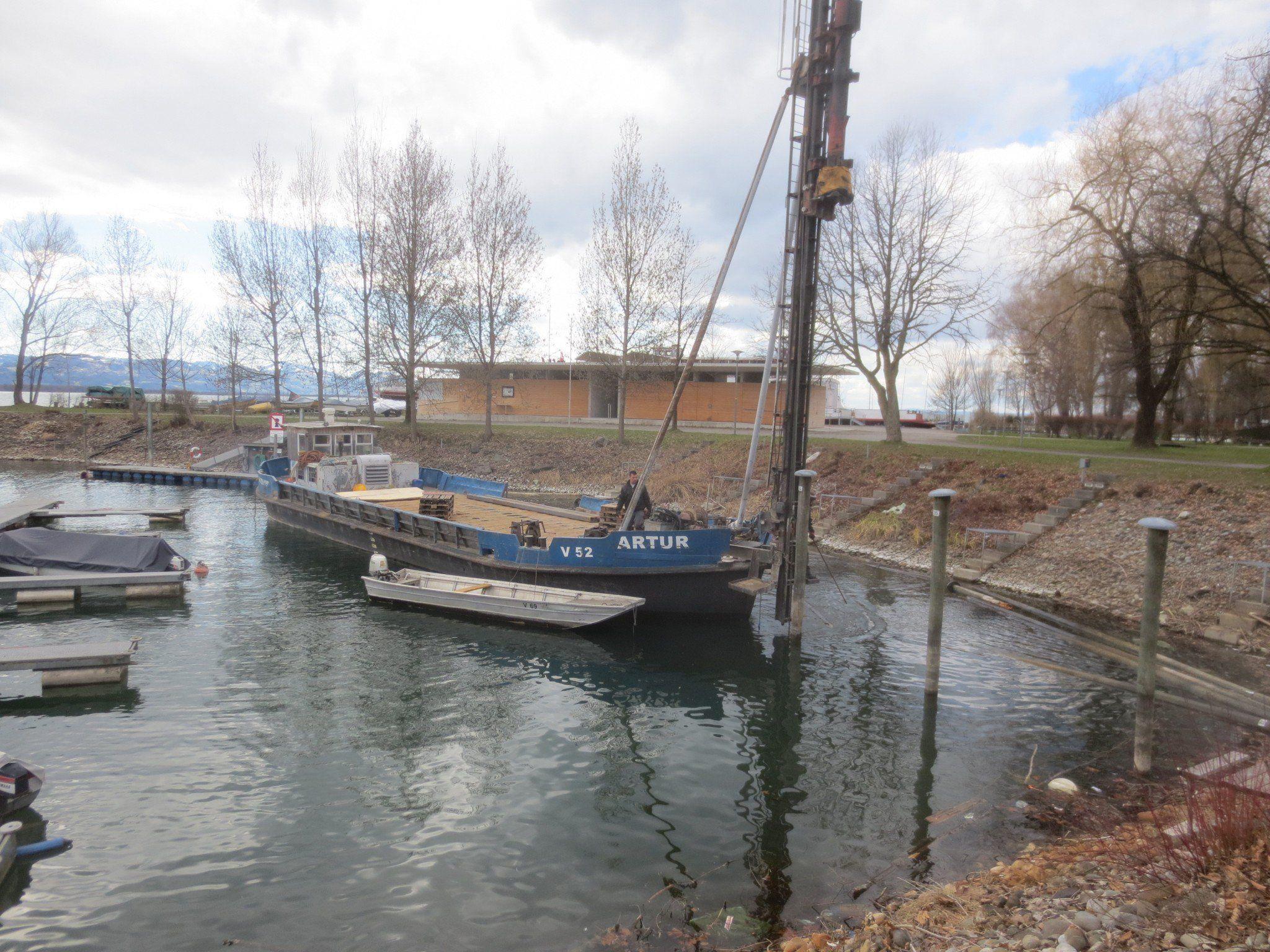 Die alten Holzdalben werden aus dem Wasser gezogen und durch neue langlebige Stahldalben ersetzt.