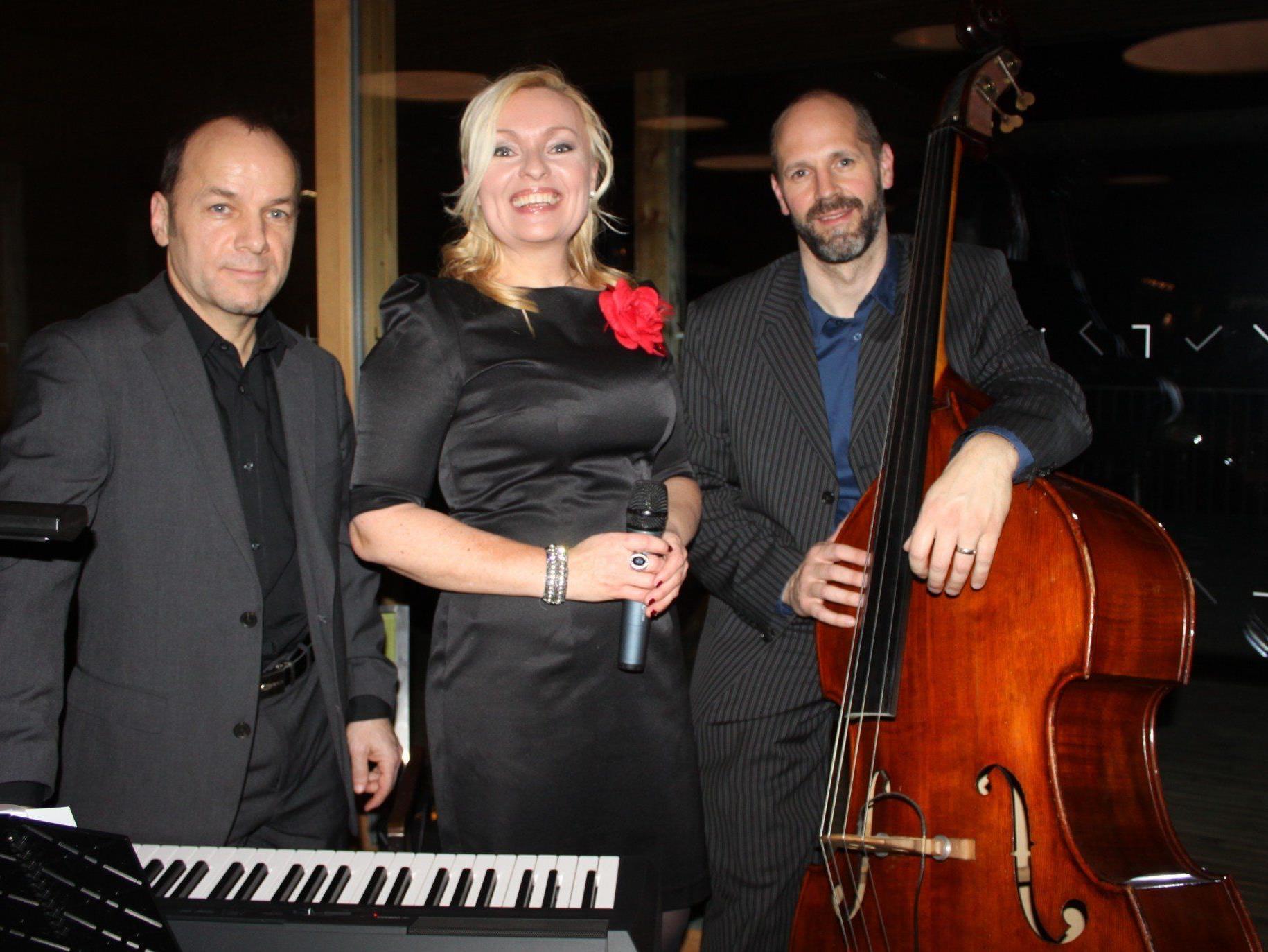 Christine Nachbauer und ihre Band mit Marcel Schefer am Piano und Stefan Reinthaler am Kontrabass im Badehaus am Lochauer Kaiserstrand.