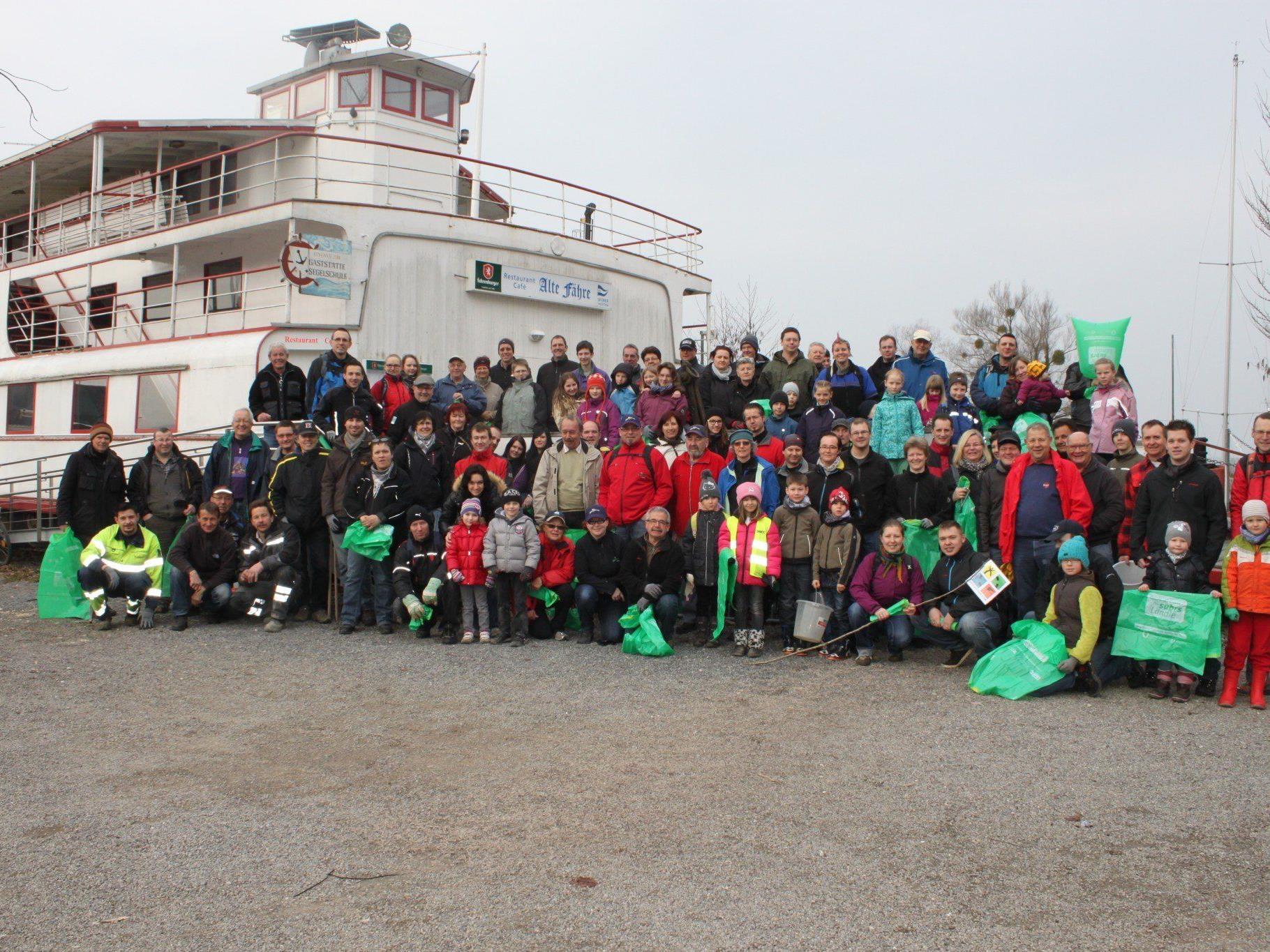 Groß war die Zahl der Helferinnen und Helfer, die Vizebürgermeister Michael Simma bei der Landschaftsreinigungsaktion am See begrüßen konnte.