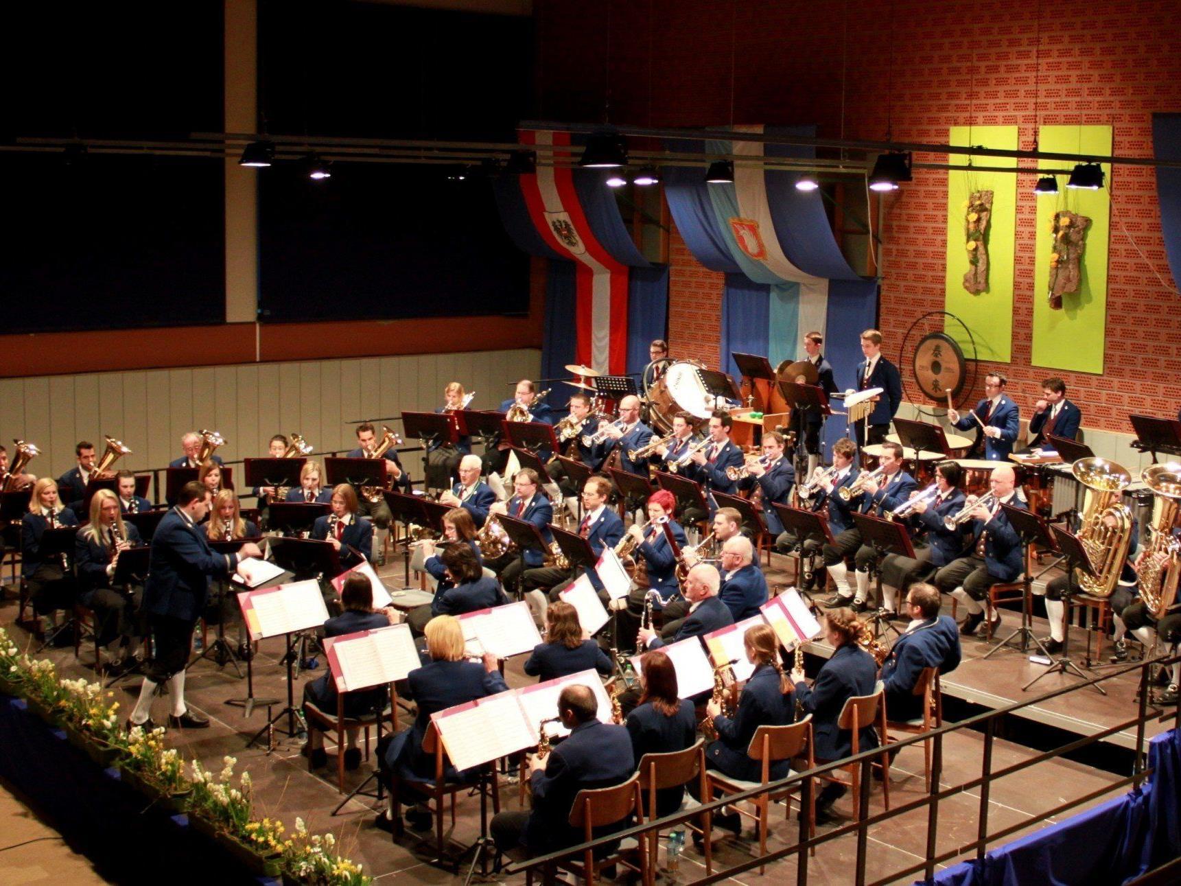 Kraftvoller Auftritt des Musikvereines Lochau beim traditionellen Frühlingskonzert in der Sporthalle.