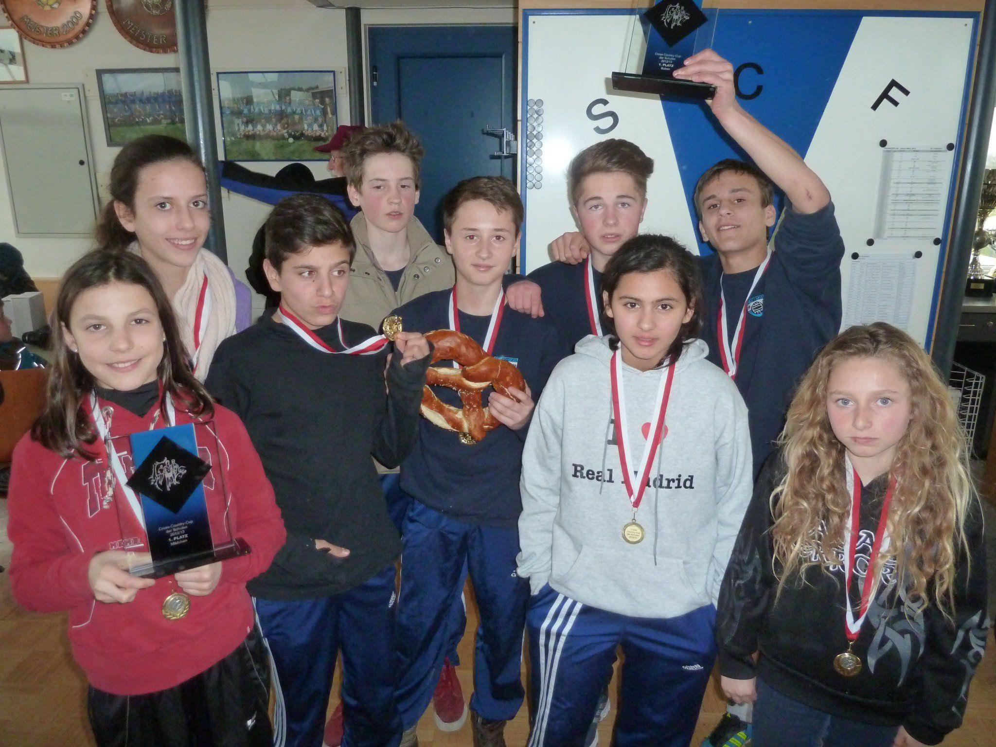 Die siegreichen Läuferinnen und Läufer der Mittelschule Götzis
