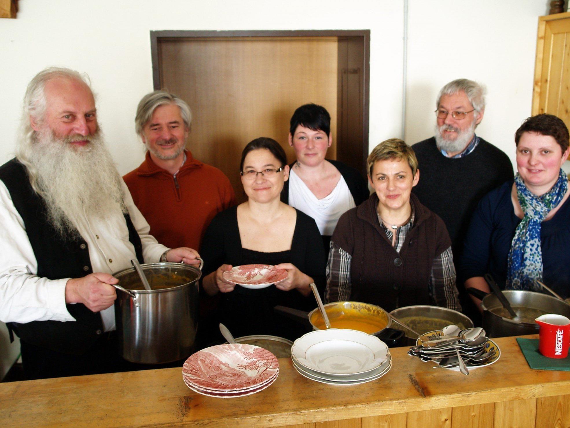 Anton Pepelnik und sein Team beim Suppensonntag in Batschuns.