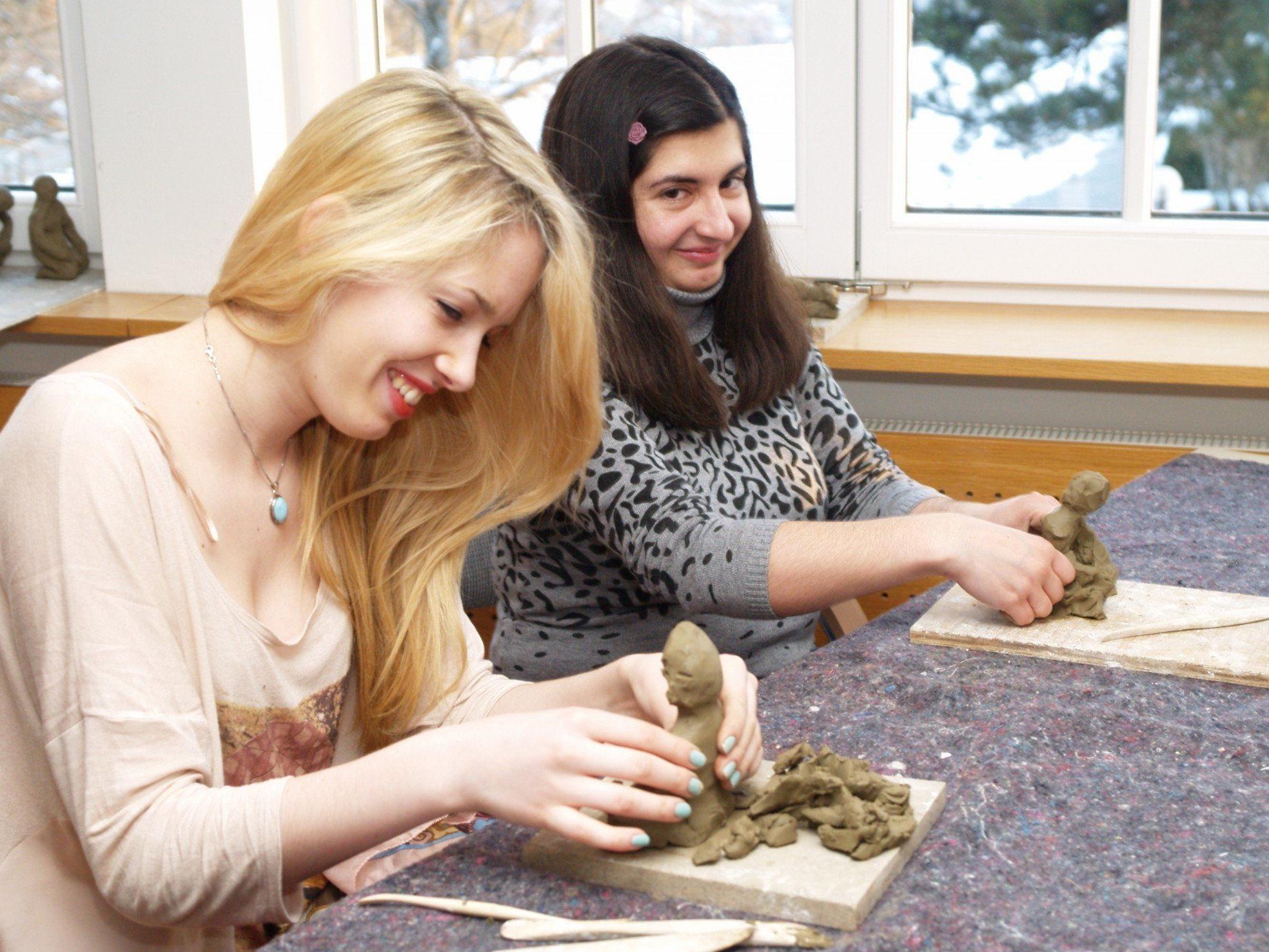 Julia und Tara beim Workshop mit dem Bildhauer Hans Russenberger.
