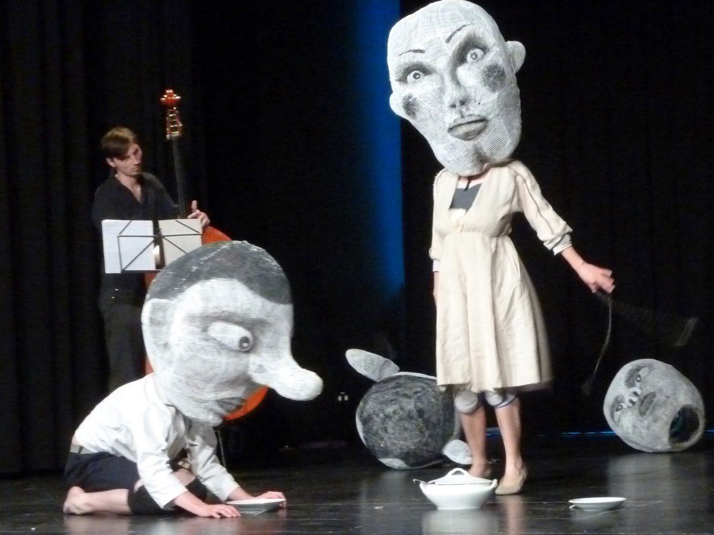 """2012 gewann mit """"Drollige Bilder"""" ein Figurenspiel ohne Worte mit fünf Riesenköpfen. ("""