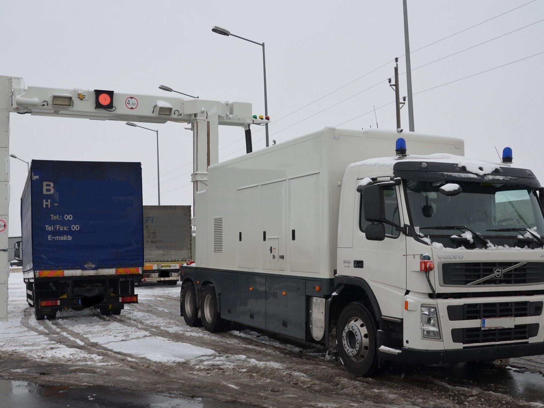 Mit dem mobilen Röntgenfahrzeug werden die Lkw gescannt.