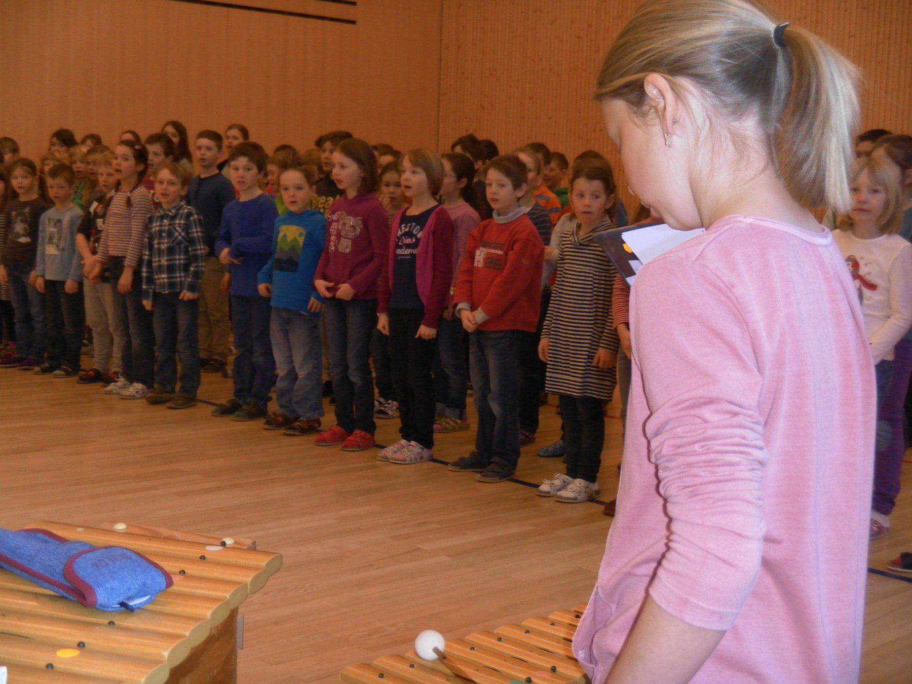 Schüler und Schülerinnen üben für den großen Auftritt