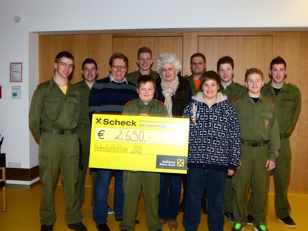 Die Jugendfeuerwehr Götzis mit Betreuer Florian Wackernell überreichte  Direktorin Maria Bauer-Debois und GF Arnt Buchwald den Spendenbetrag.