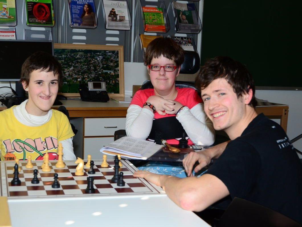 Mit Schachspielen förderte Lehrer Felix Außerer das räumliche Denken bei den Schulheim-Kindern. Daraus entstand nun ein tolles Integrationsprojekt.