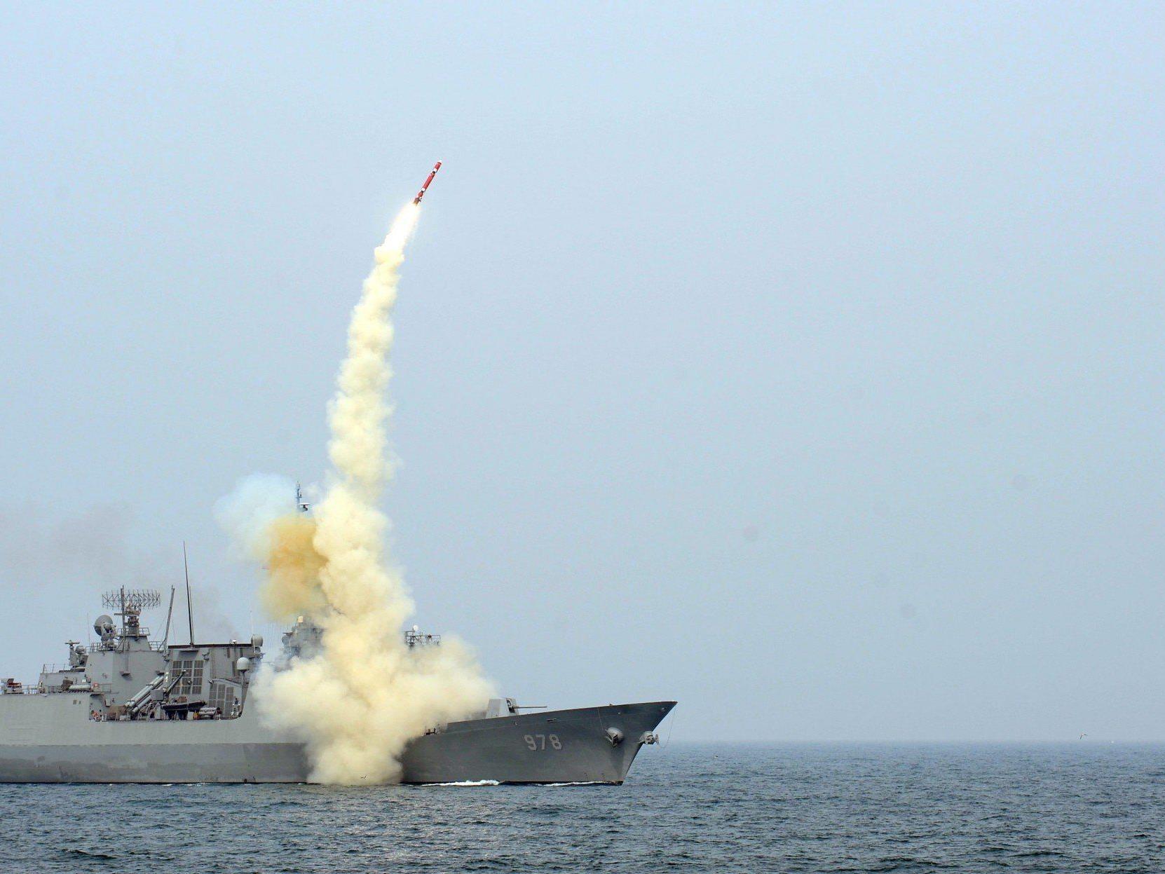 Ein südkoreanischer Zerstörer feuert während einer Übung eine Cruise Missile ab.