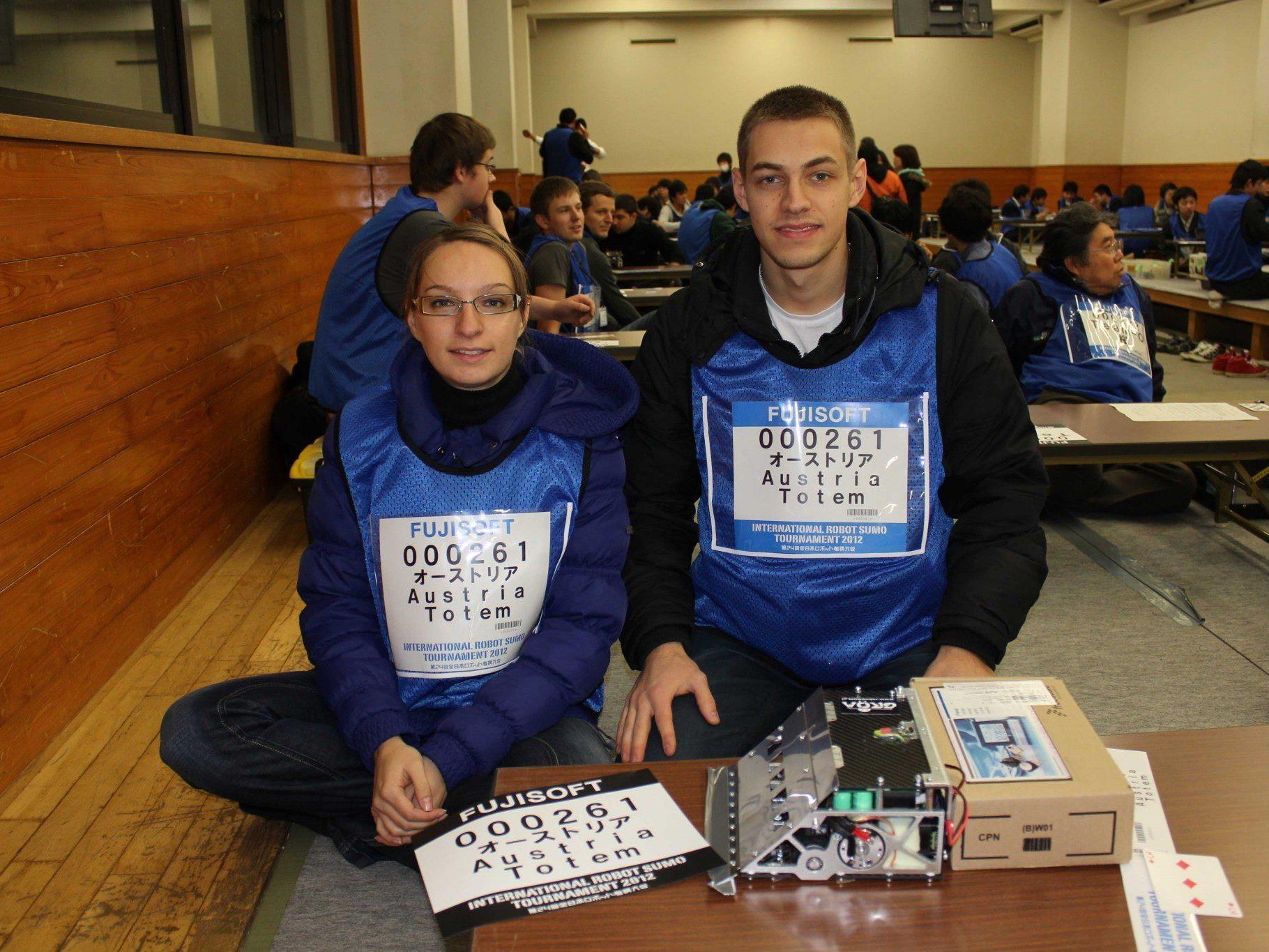 """Ana und Andrej Rudovic mit dem selbstgebauten Roboter """"Pilot"""" vor dem Wettkampf in Tokyo."""