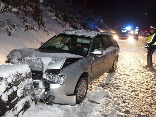 Der Lenker wurde bei dem Unfall verletzt und musste ins Spital eingeliefert werden.