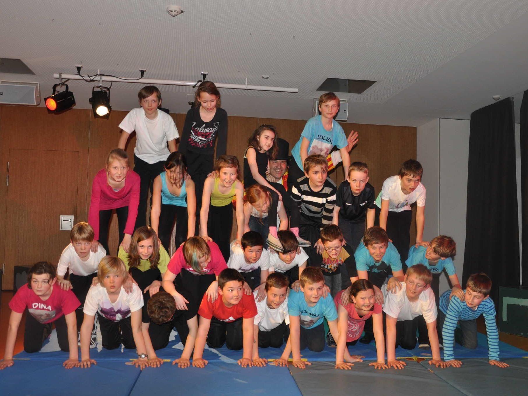 Die artistische Menschenpyramide der Alberschwender Mittelschüler