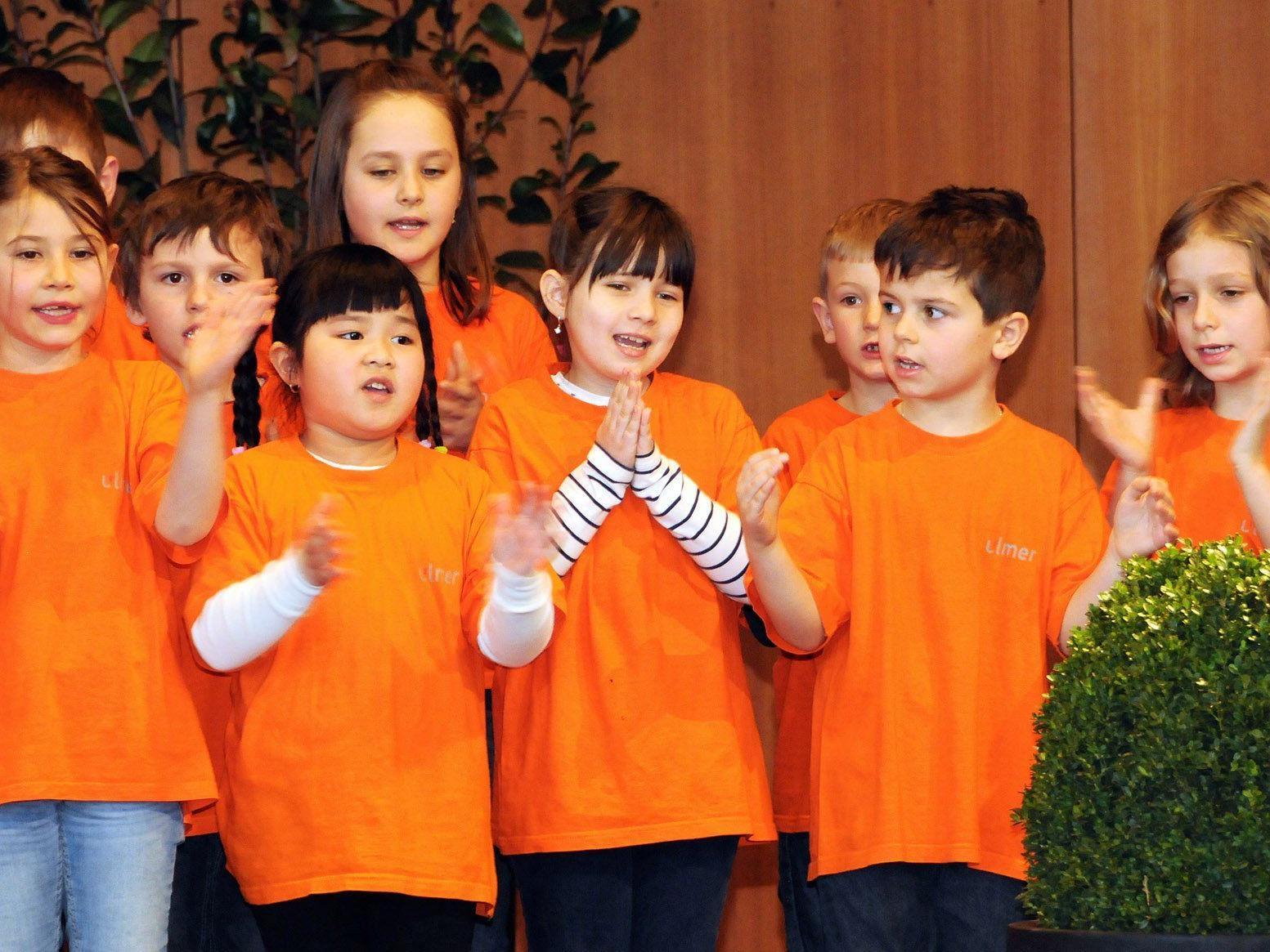 Die Singgruppe der VS Höchst Unterdorf voll Begeisterung beim Bezirksjugendsingen