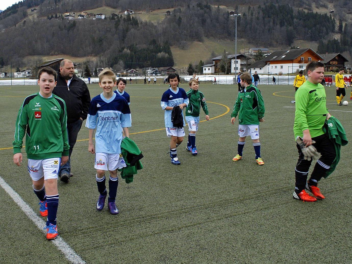 Einige Mitglieder der SPG Montafon U13 nach dem ersten Vorbereitungsspiel im Aktivpark Montafon