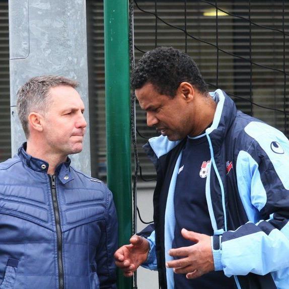 Im Smalltalk die beiden Trainer Damir Canadi und Lassaad Chabbi.