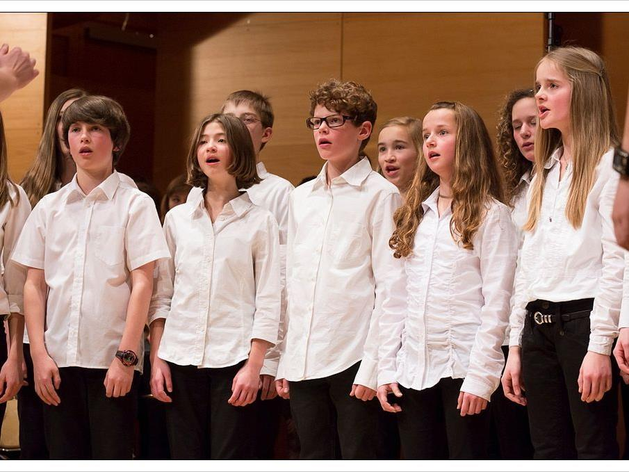 junge Chormitglieder in Aktion