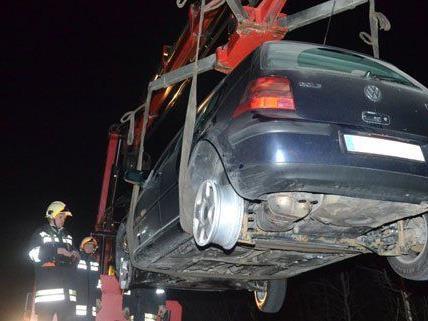 Die Reifen des Pkws platzten, als der Lenker über einen Gegenstand fuhr.