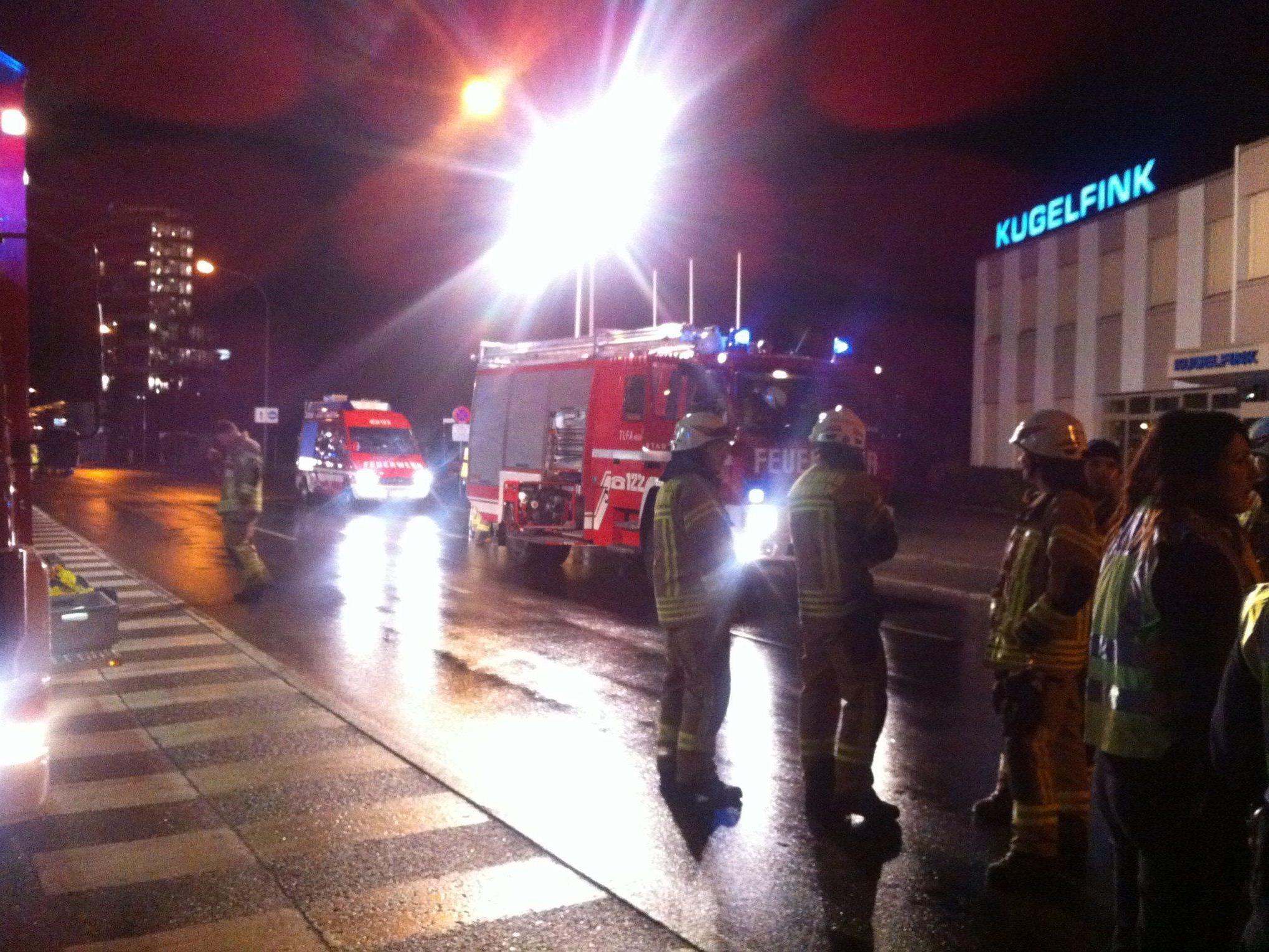 Die Feuerwehr riegelte die Messehalle weiträumig ab.
