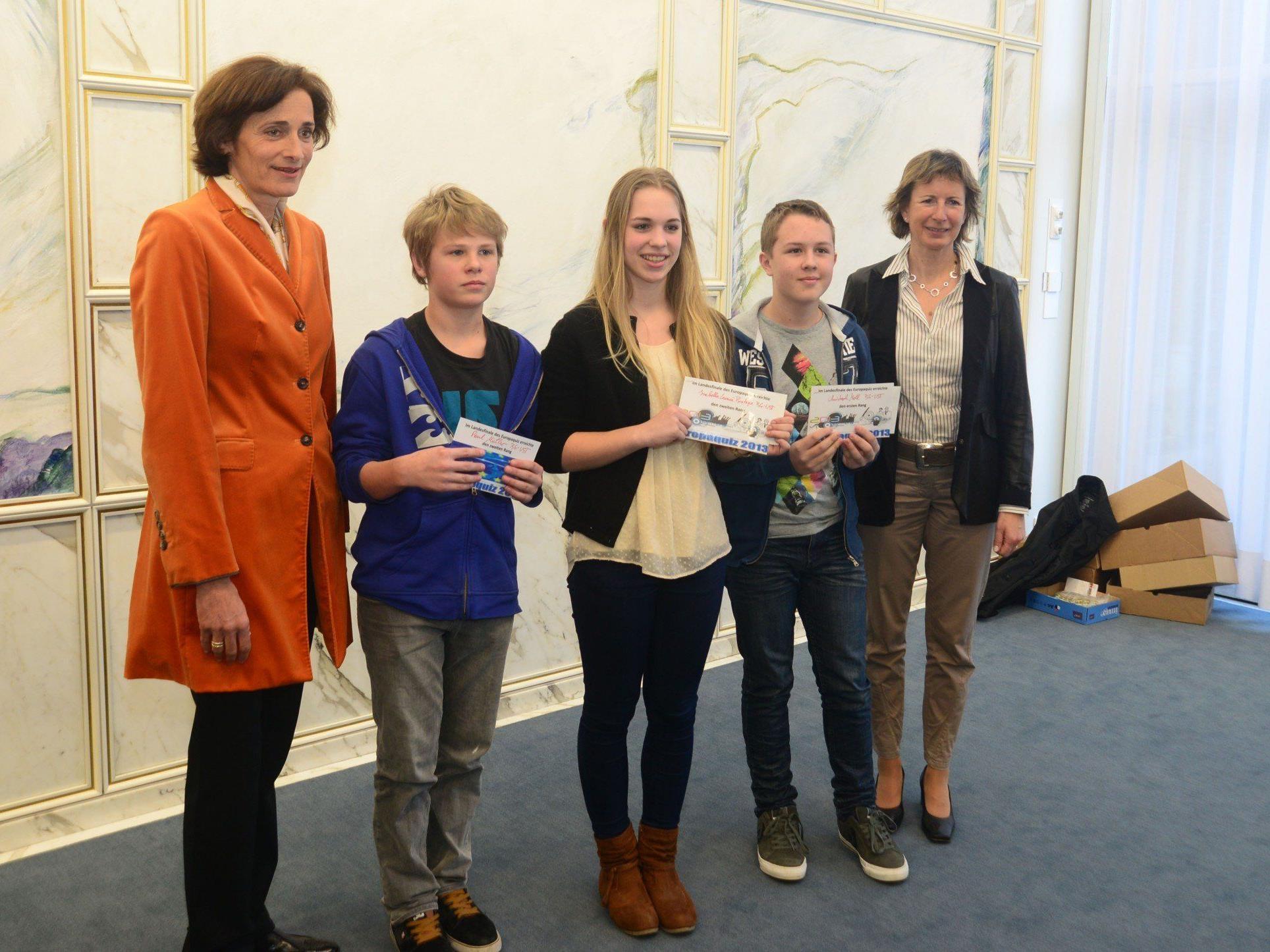 LR Mennel und LTP Nußbaumer mit einigen der Bestplatzierten des Europa-Quiz.