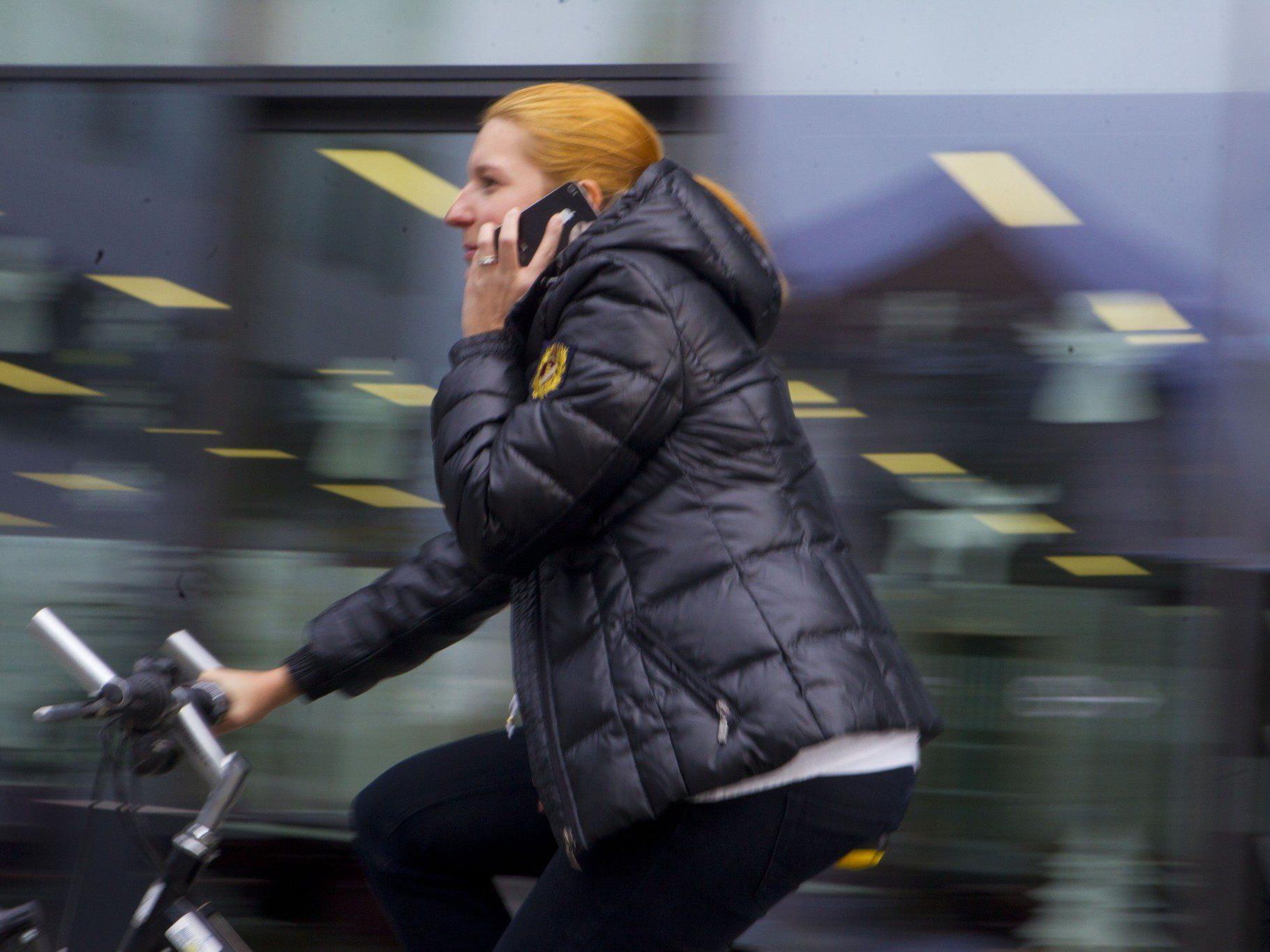 Wer sich beim Telefonieren auf dem Rad erwischen lässt, zahlt in Zukunft mehr.