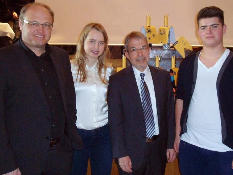 Bürgermeister Elmar Rhomberg und die Schulsprecherin Stefanie Prodinger und ihr Kollege Daniel Reichart mit Direktor Armin Greußing.