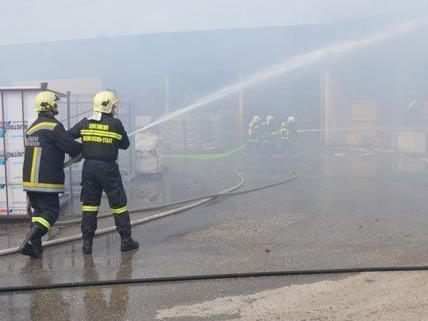 Die Lagerhalle in Neunkirchen brannte am Mittwoch komplett aus.