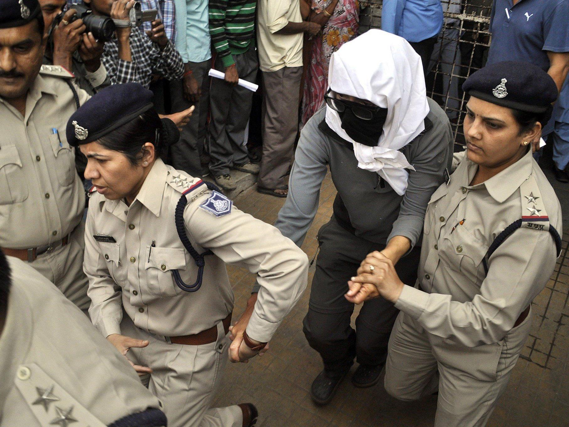 Nach brutaler Vergewaltigung: Die 39-jährige Schweizerin wird von Polizistinnen in ein Spital in Gwalior gebracht.