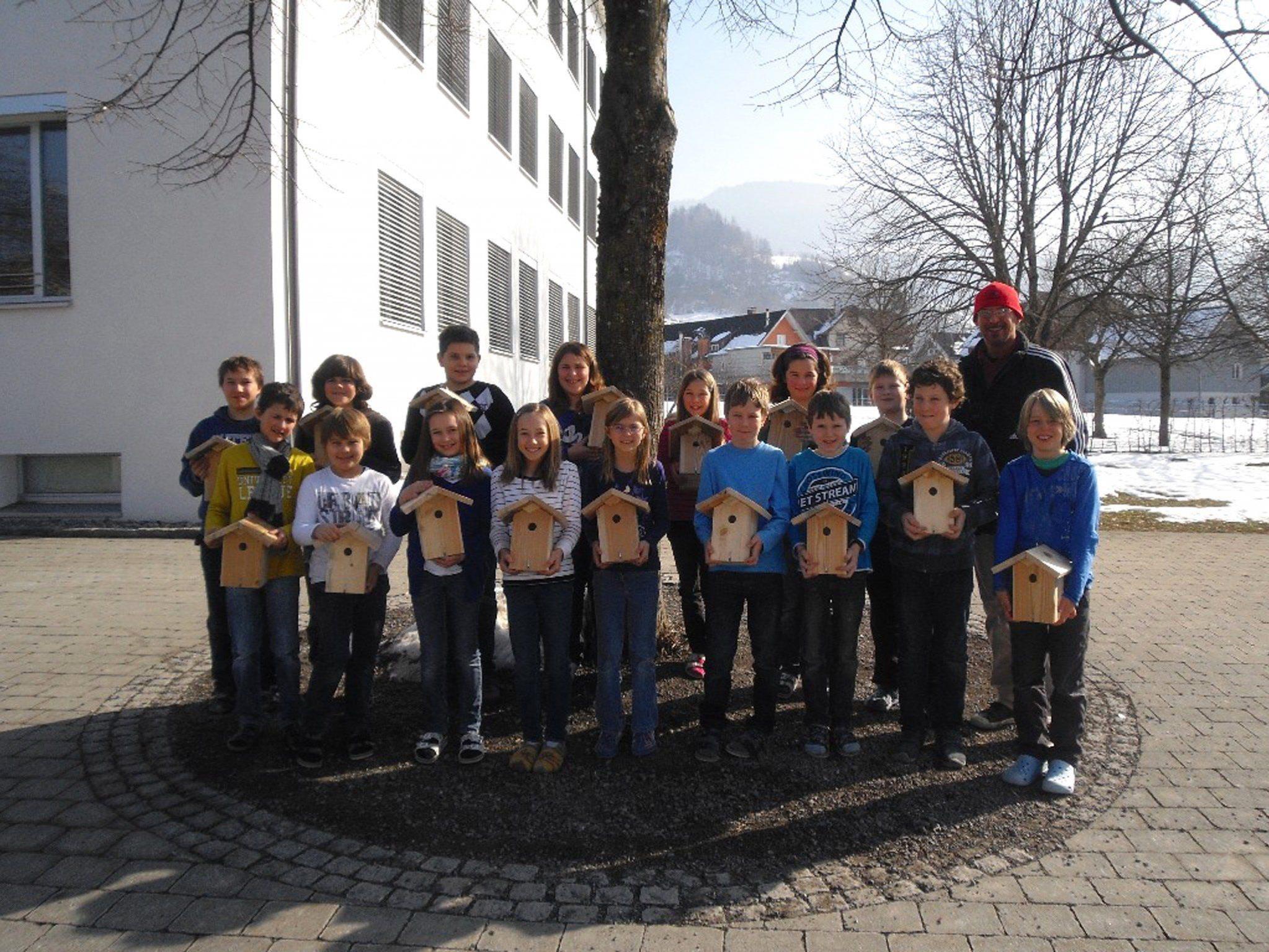 Die Schüler der Volksschule Klaus freuten sich über die erhaltenen Nistkästen.