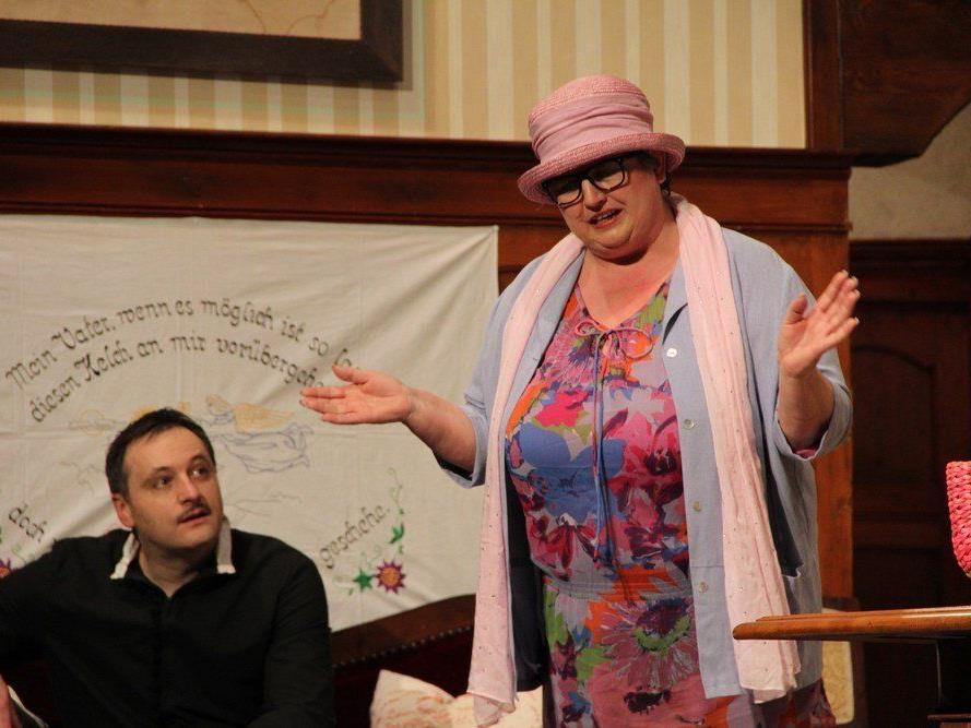 Dorothea (Monika Gabriel) muss nun doch auf eine Trauung durch Pfarrer Freddie (Simon Neuhauser) verzichten.