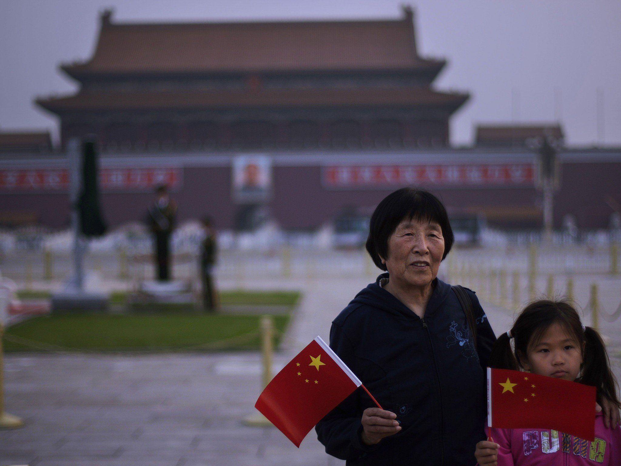 Fernsehteam wird auf dem Tiananmen-Platz abgeführt.