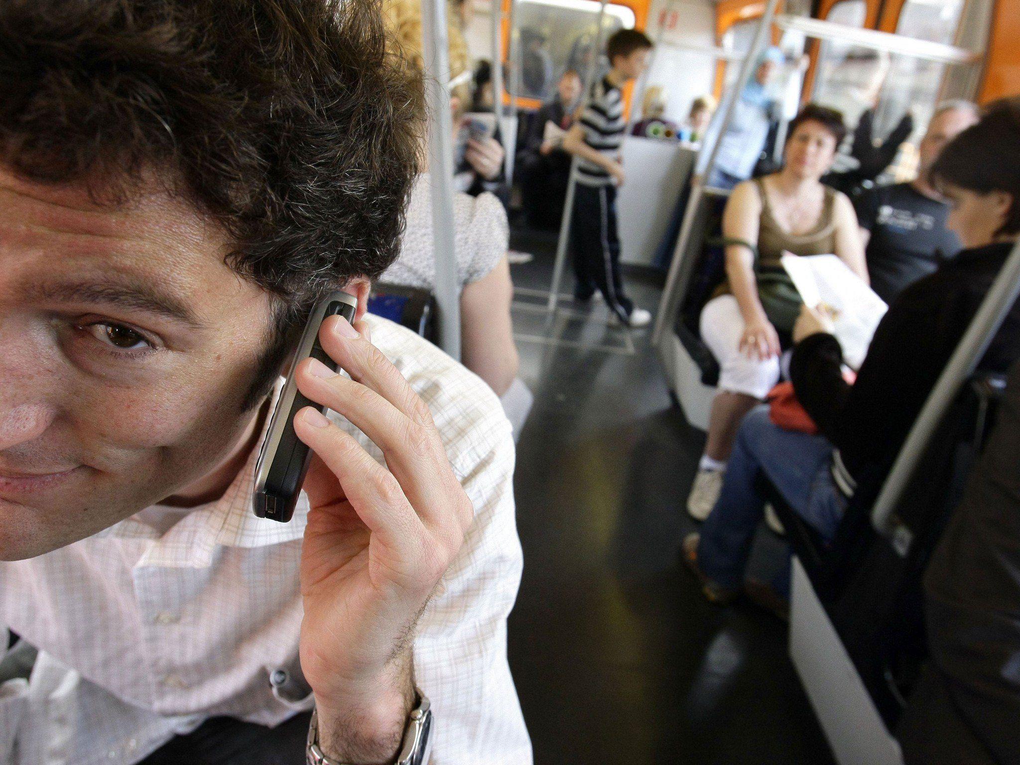In Bus und Bahn gehen 59,1 Prozent der Befragten ans Handy.