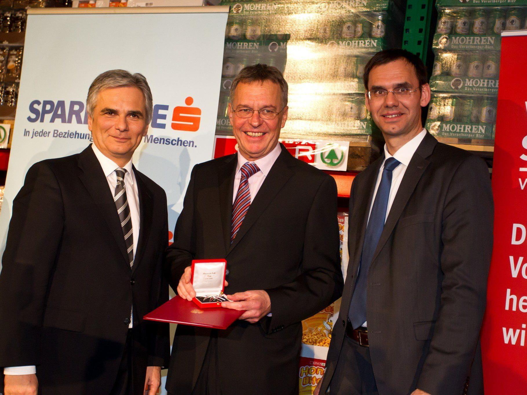 Preisträger Georg Comploj (Mitte) mit Bundeskanzler Faymann (l.) und Landeshauptmann Wallner (r.).