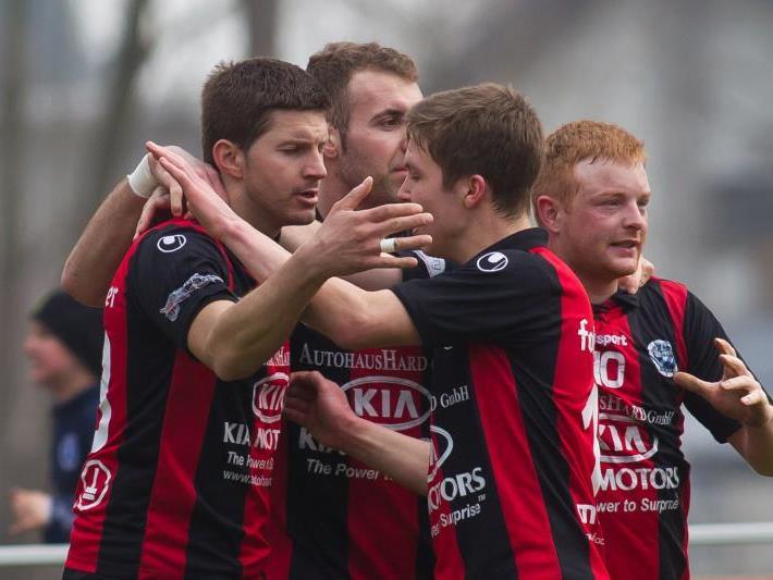 Der FC Hard jubelt über den wichtigen 3:1-Heimsieg gegen Wals/Grünau.
