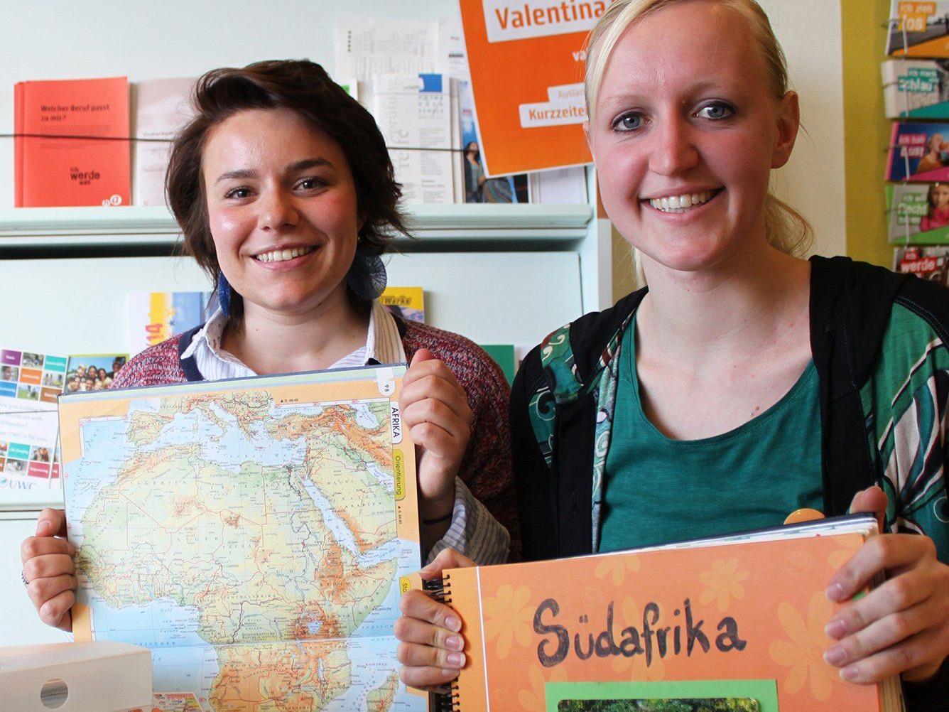 Eva (rechts) informiert mit großer Begeisterung über ihren Freiwilligen Einsatz in Südafrika