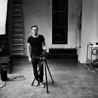 Bryan Adams -hier im Selbstporträt- hat sich auch als Fotograf schon einen Namen gemacht.
