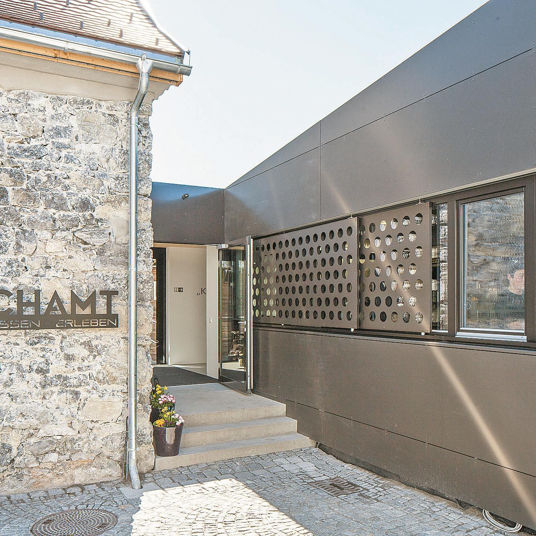 """Kontrast belebt Das """"Gasthaus"""" mit seinen historischen Schichten – die Küche mit Ausblick, technisch geglättet."""