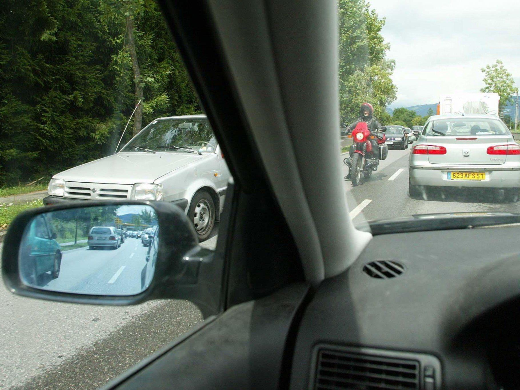 Unfall: Lenker fuhr auf in Verkehrskolonne stehenden Pkw auf.