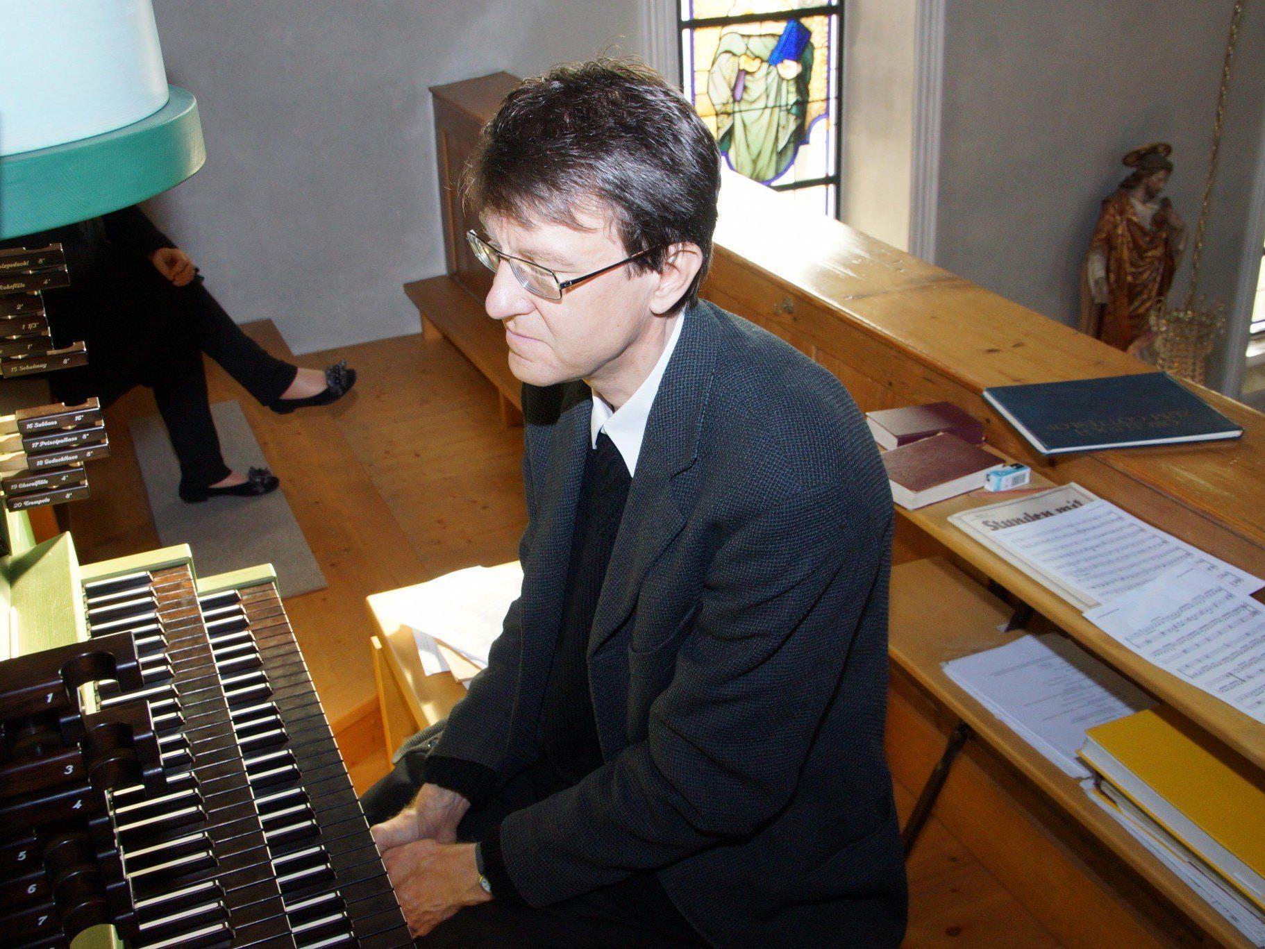 Prof. Helmut Binder an der Orgel