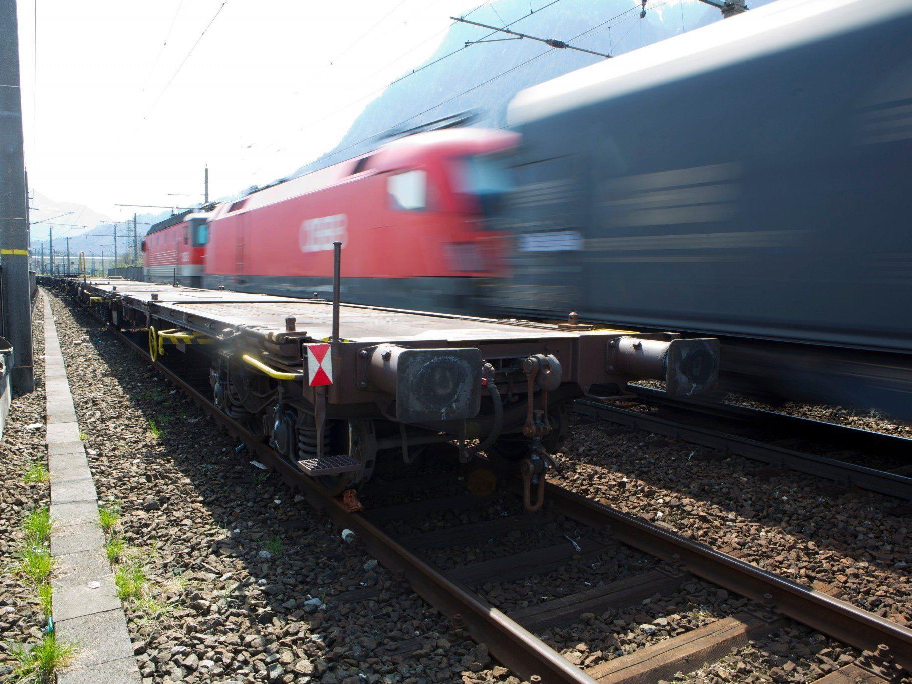 Waggon auf Geisterfahrt: Unbekannte Täter kuppelten 20 Tonnen schweren Container-Tragwagen ab.