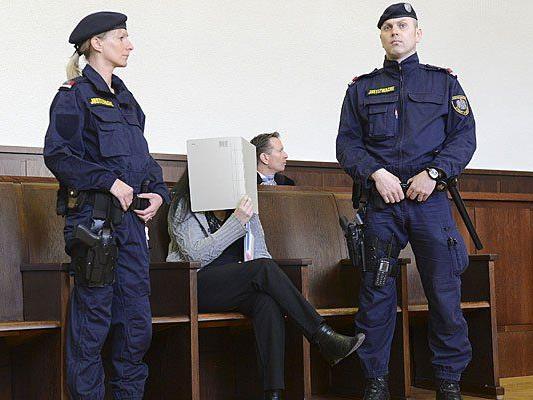 Beim Prozess um die Arsen-Morde: Angeklagte verdeckt ihr Gesicht