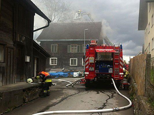 Brand in einem Holzhaus in Hohenems löst Großeinsatz der Feuerwehr aus.