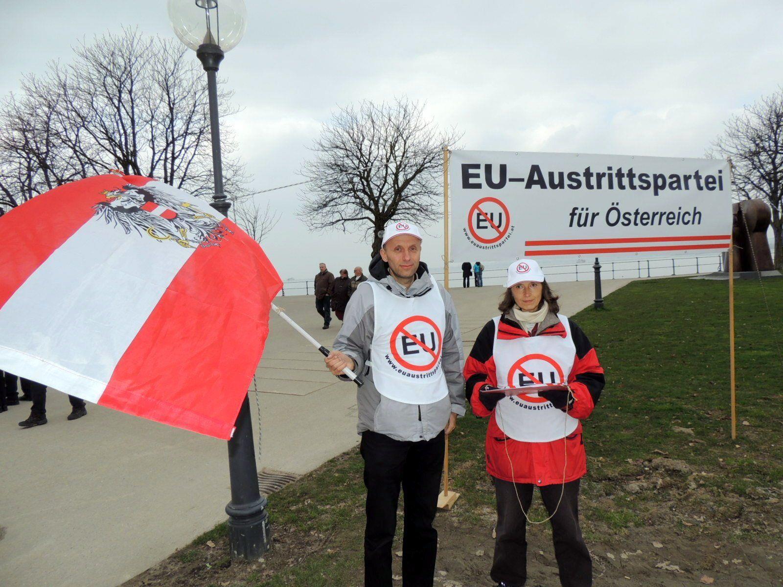 Parteiobmann Robert Marschall und Isolde Gmeiner werben für das  EU-Austrittsvolksbegehren