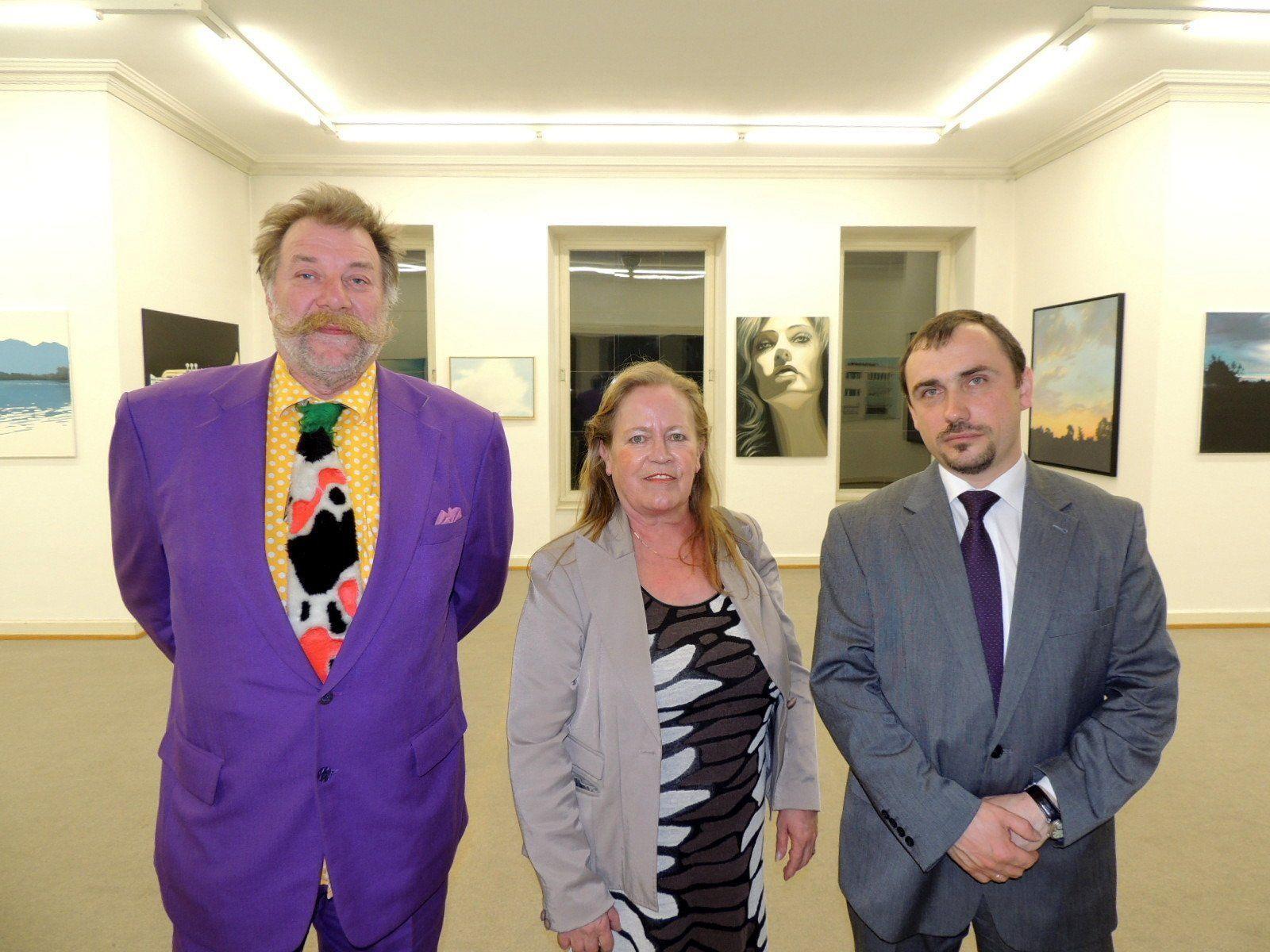 Präsident der Künstlervereinigung Willi Meusburger, Honorarkonsul Marianne Mathis und Botschaftsrat Andrei Yaroshkin organisierten die Teilnahme junger russischer Videokünstler
