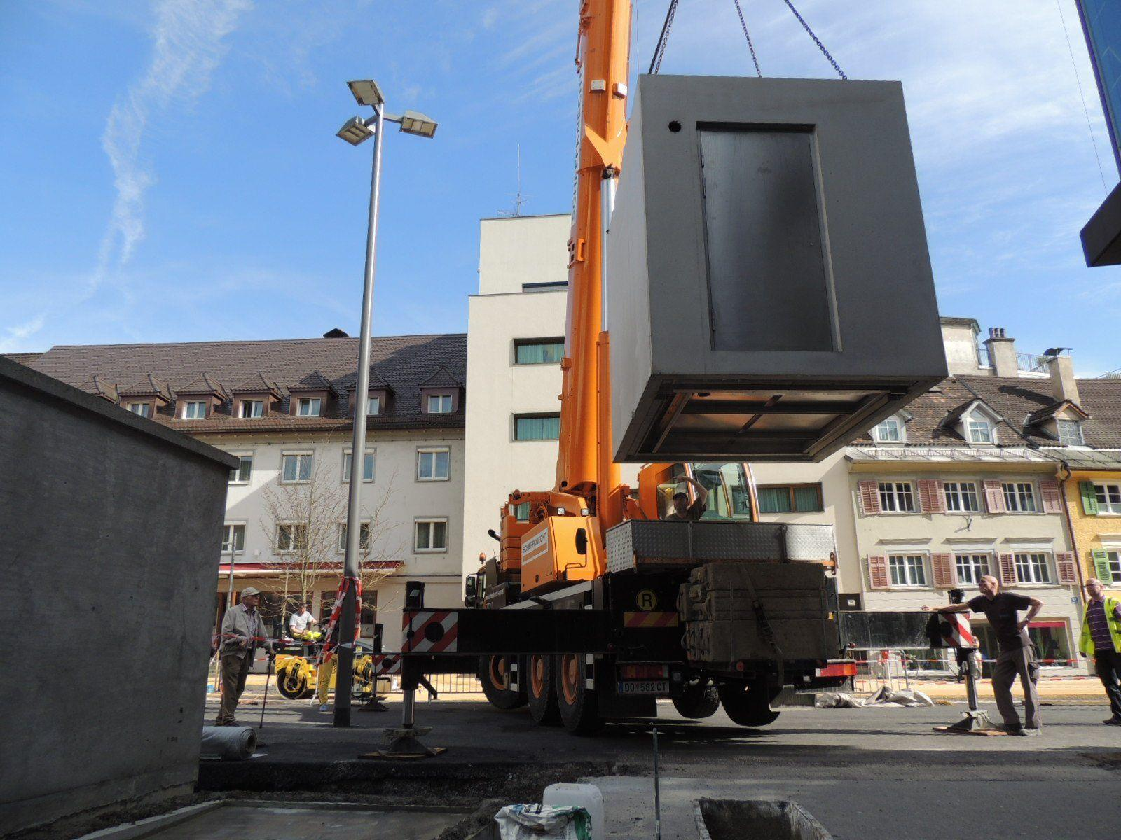 Der Mobilkran hievte das 8-Tonnen WC an Ort und Stelle