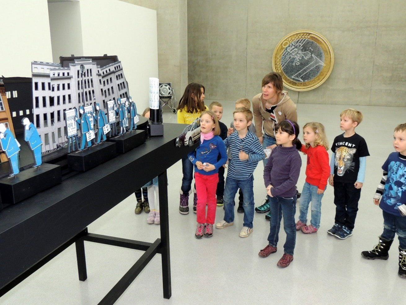 Kindergruppen besuchen die Ausstellung