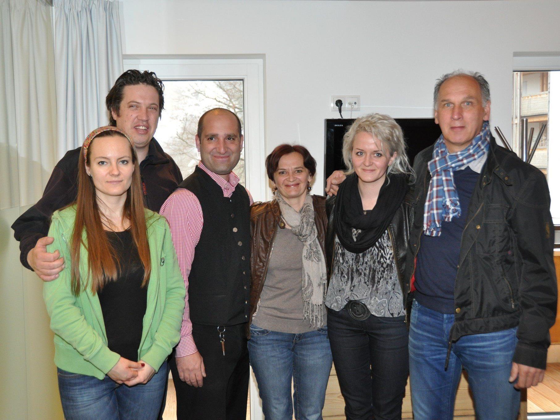 Margo und Mario Greber vom Hotel Lün mit Guiseppe, Stenka, Katy und Edi vom Hotel Valavier (v.l.).